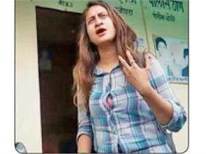 girl beat autorickshaw when they ask for money