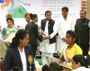 laxman and rani akhilesh award prizes to players honored