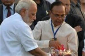 modi cleaned his hand and put dirty tissue paper in his pocket