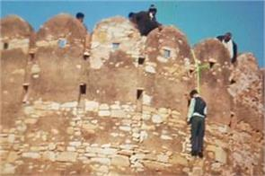 body found hanging at nahargarh fort threat note on padmawati