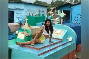 girls photo shoot on grave  pics viral