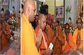 yogi and mayawati pay tribute to dr pragnand tribute