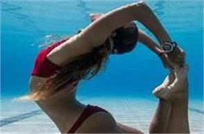woman doing yoga underwater photos goes to viral