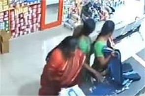 women thieves conceal goods under their sarees