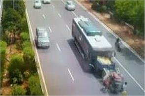 noida express way bus and tractor collision
