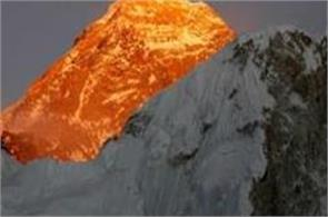 four climbers die near top of mount everest