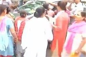 the women performing stop kejriwal car