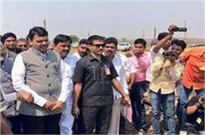 congress workers show black flags to fadnavis