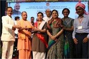 yogi honored 10th 12th meritorious children by giving one lakh rupees and ipad