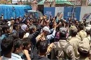 baton charge on phe workers in srinagar