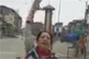 woman showed courage in kashmir