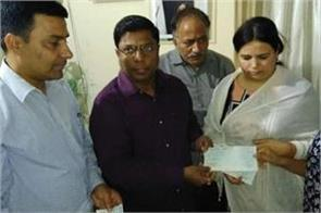 administration hands over rs 40 lakh cheque to vivek tiwari family