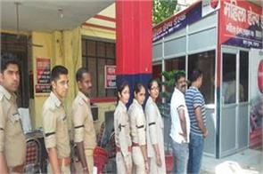 vivek tiwari murder case viral photos of policemen support of the accused