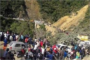 badrinath highway closed for 2 hours after falling debris