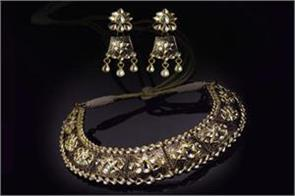 gold sparkles on festive demand rises by rs 200