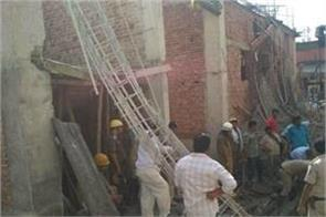 delhi 1 killed due to building collapse rescue operation continued
