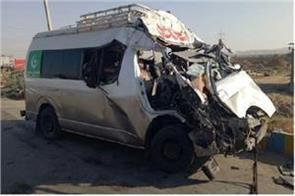seven people die in trucks and van collision in pakistan