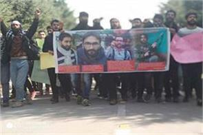 protest in kashmir university against manan wani s killing