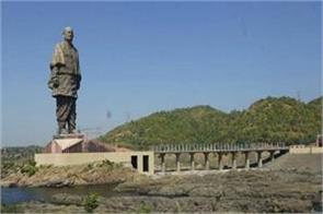 a large crowd gathered to see the statue of unity