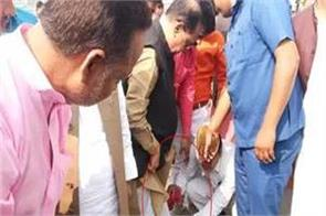 up cabinet minister cleared his slippers photo taken viral