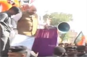 amit shah fall down from stage