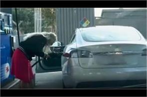 electric car petrol pump women reach pumps video will be seen