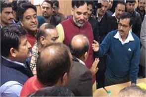 in between debate kejriwal offered tea to bjp leaders