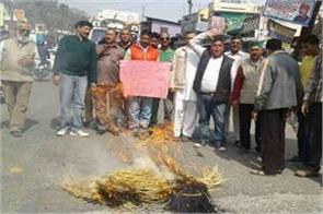protesters burn cm effigy on saharanpur issue