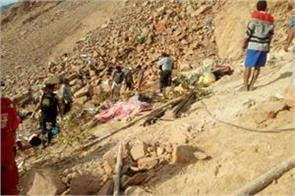 peru 22 people die due to falling into a ditch of bus