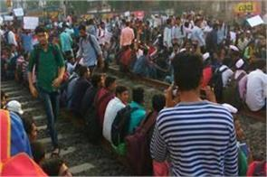 mumbai students agitation on railway track