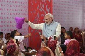 when pm modi started playing with baby girl