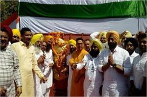 sukhpal khaira aman arora pay tribute to martyrs husaini border