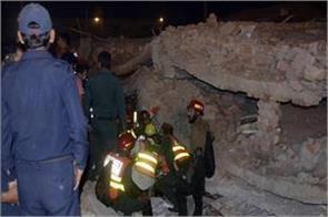 pakistan warehouse building collapses 10 people die