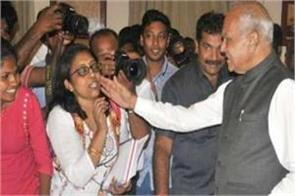 tamilnadu governor patting woman journalist on cheek