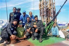ms dhoni with army personnel at the defexpo 2018