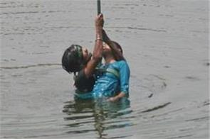 girl leap up in gomti river save tractor driver by risking her life