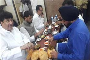 before the fast congress leaders tasted the taste of  chhole bhatur
