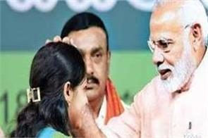 muslim girl climbed to say thank to pm