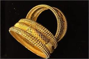gold rises on jewellers  buying global cues