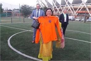 bjp saasand lekhi plays video playing football people react