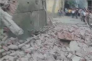 banquet hall under construction in delhi collapses