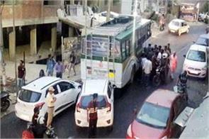 uncontrolled bus hit the 2 cars big accident deferes
