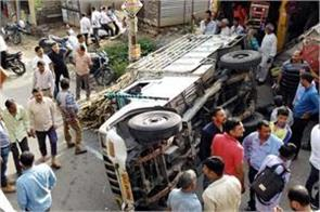 trala overturn in road big accident deferes