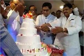 ram gopal yadav celebrated his 72nd birthday by cutting cake with