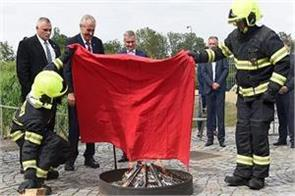 czech president adopted a strange way to show off the journalists