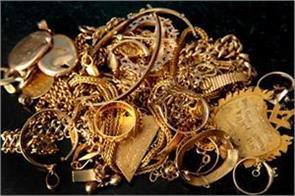 gold falls on lacklustre demand