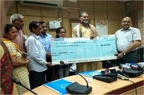 education minister gave hina 4 lakh cheque