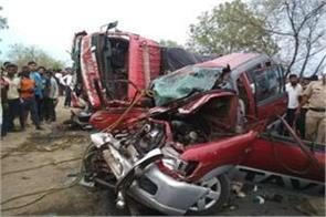 maharashtra 10 dead in truck and car raid