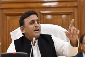 pm modi speaks any language by putting a teleprompter akhilesh