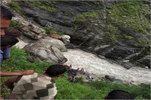 5 people injured in vehicle collapse in kalp ganga river